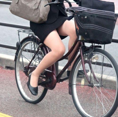 パンチラしそうなOLの自転車通勤光景のエロ画像!これ下着見えちゃうでしょwww