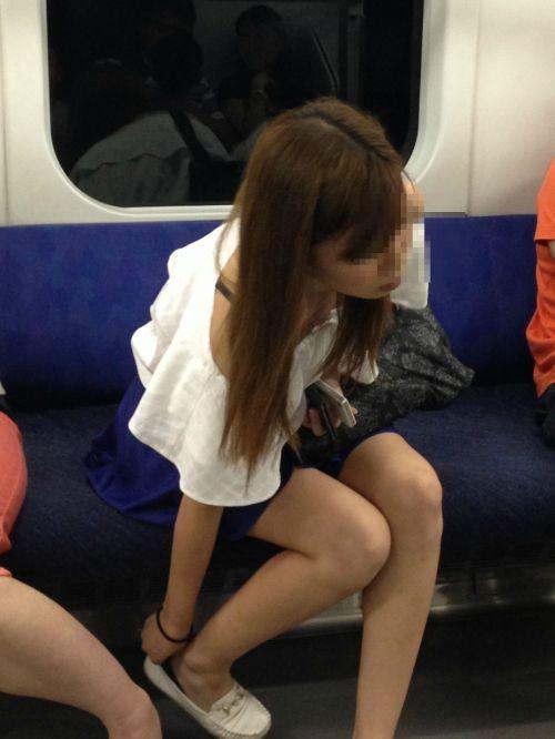 この至近距離からの盗撮でもバレない?電車内での大胆犯行エロ画像に驚愕www