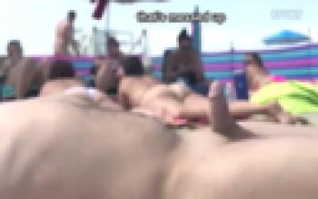 【動画】全裸ビーチで美女7人の隣で寝てた1人の男 ⇒ この後信じられない事が起こる…