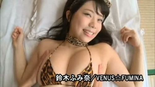 Hカップグラドル鈴木ふみ奈が伝説の貝殻ビキニエロ画像で乳首ポロリしまくり?www