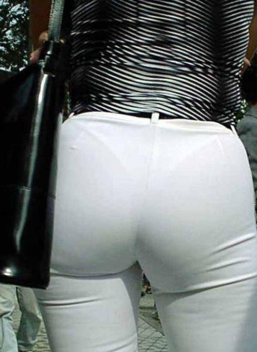 でっけぇケツから下着が透ける白ジーンズエロ画像!背後から盗撮されてるwww