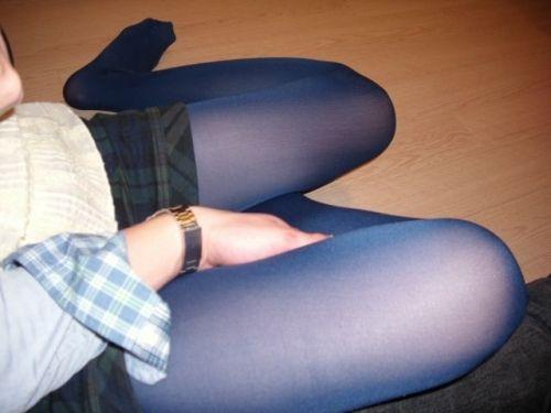 黒タイツの足フェチ意識を実感するエロ画像!足コキで天国にいざなって欲しいwww