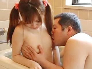 姪っ子少○生とお風呂に入り、我慢できず生ハメ後背位で膣中放出