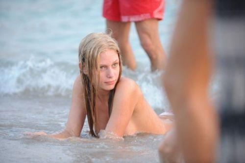 全裸で戯れる海外の楽園ヌーディストビーチエロ画像!衣服なんていらないwww