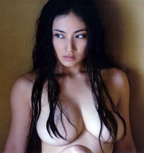 乳首丸出し撮影疑惑の紗綾のエロ画像!新写真集のセミヌードが過去最高露出www