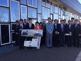 YKK AP(株)埼玉窓工場の前で集合写真