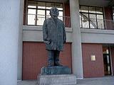 生誕地・深谷市の渋沢栄一記念館にある渡辺長男作渋沢栄一翁銅像