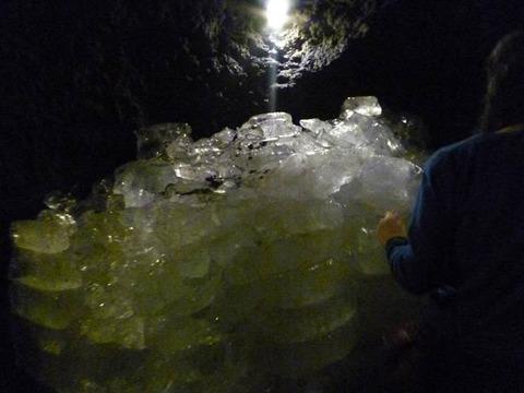 冒険心をくすぐる自然の織り成す奇跡の洞窟「鳴沢氷穴」@山梨県