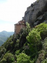 褐色のマリア様が見つかった洞窟を覆う建物