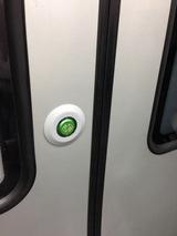 メトロのドアはボタンで開閉