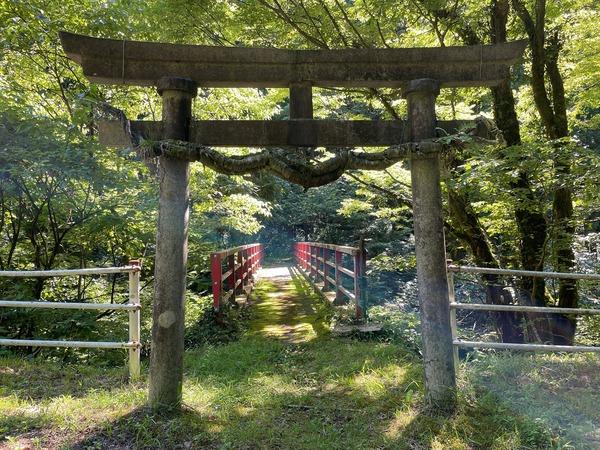 006 鳥居と赤い橋 遊歩道