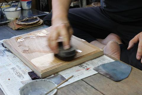 �雲母摺 糊をまぜた水を板に引く のコピー