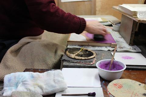 摺り ブラシで絵の具を載せる