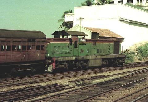 20070711:写真海外04 1977xxxxスリランカDL+客車 org2