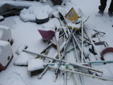 雪に埋もれた箒