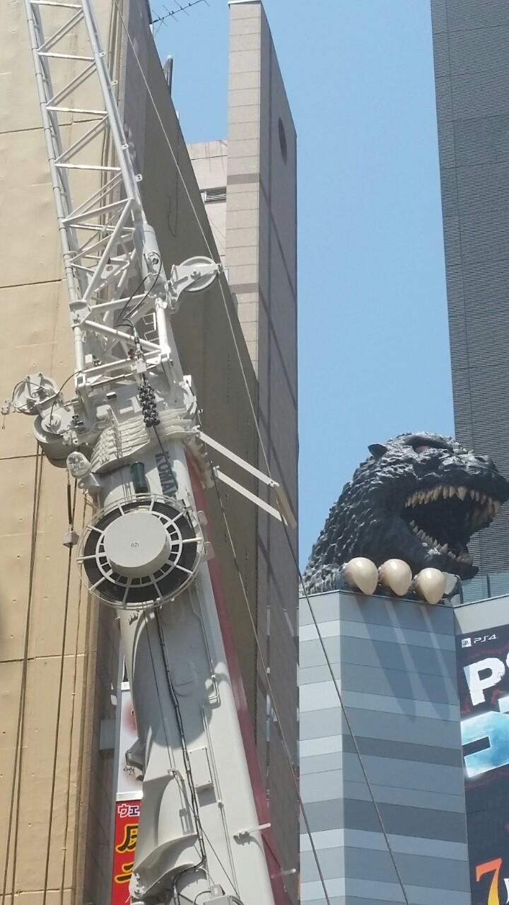 新宿無駄写真新宿東宝ビル夜ゴジラゴジラとクレーン車とぼったくり防止街頭放送