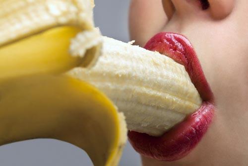 woman-eating-banana