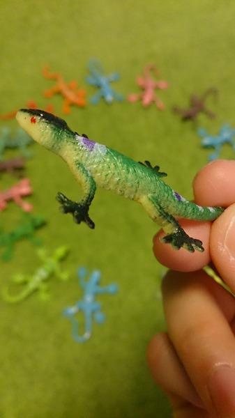 トカゲのミニフィギュア、色合いが謎なもの