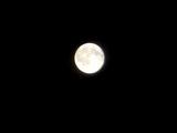 澄み切った空気の満月