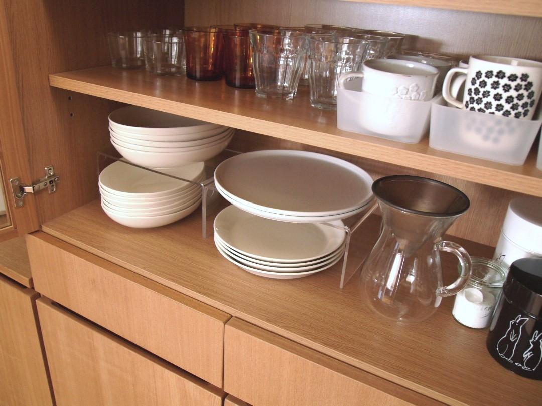 そして食器棚の中では、無印良品のアクリル仕切り棚も活躍しています。
