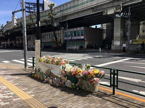 1024px-Flower_offering_at_Higashi_Ikebukuro_2019-04-28