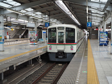飯能駅に停車中の4000系電車