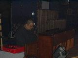 ピアノを弾く石川さん