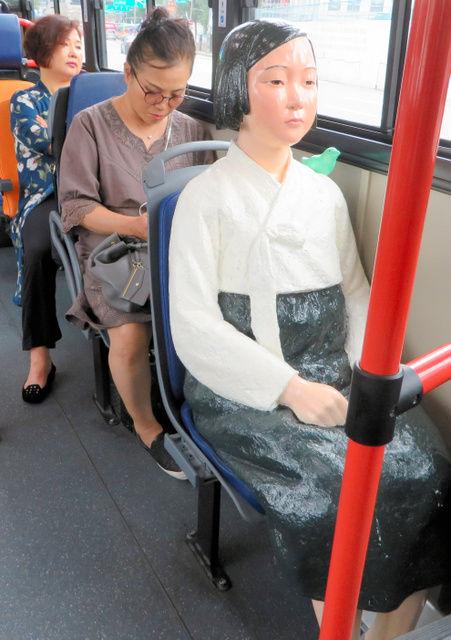 「少女像」が設置されたバス1