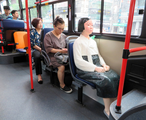 「少女像」が設置されたバス2