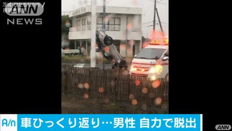 なぜこうなった!?乗用車がひっくり返って電柱に衝突事故