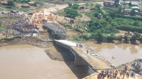 中国企業手掛けたケニアの橋、完成前に崩落