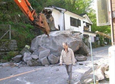 30トンの巨岩が老舗そば屋を直撃