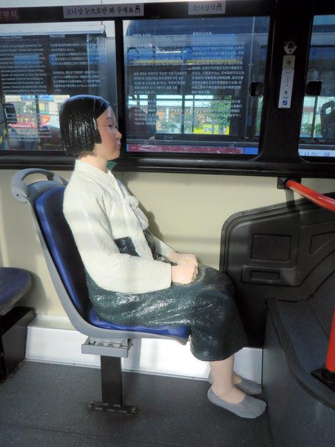 「少女像」が設置されたバス3