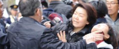 「嫌韓デモ」に抗議する人々の首を絞めた日本の警察