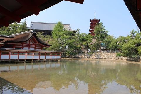 itsukushima-shinto-shrine-183362_1280