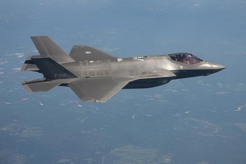 military-jet-1070613_1280