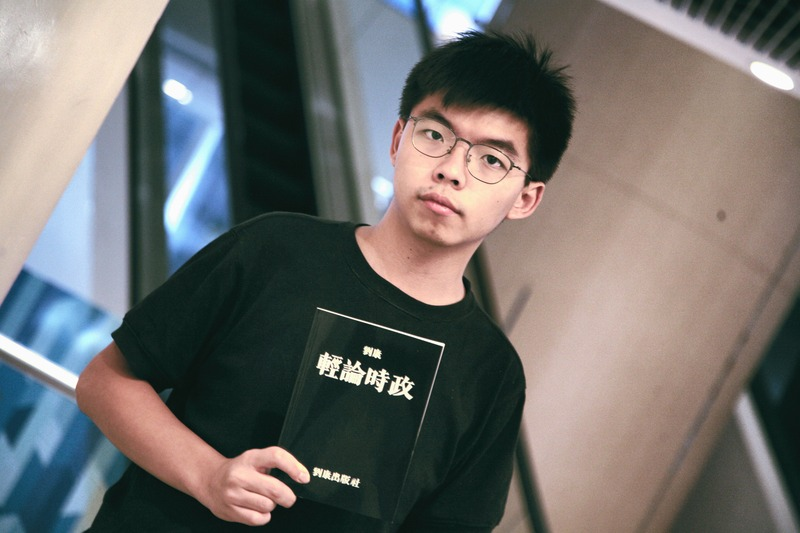 Joshua_Wong_holds_Honcques_Laus's_book