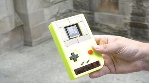 電源不要でサスティナブルなゲームボーイ互換機 太陽光とボタンを押す力がエネルギー源