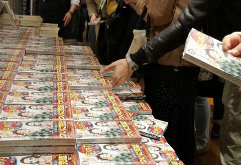 『鬼滅の刃』最終巻発売日、各地で大行列の争奪戦!