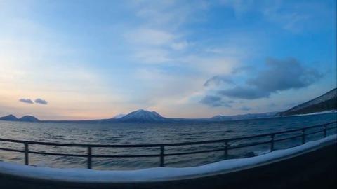 北海道・支笏湖の早朝ドライブ、木々の間を走るトレイル YouTube新着ピックアップ「きょうの車載動画」