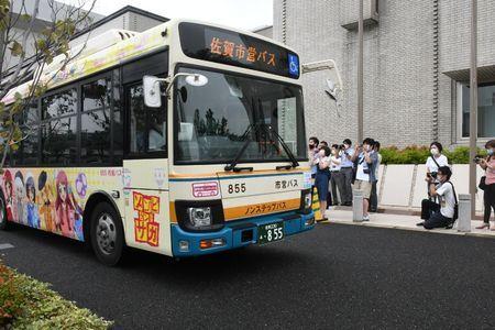 「フランシュシュ号」出発式にファン200人 佐賀市営バスと「ゾンビランドサガ」がコラボ