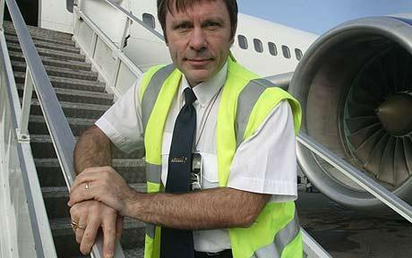 Bruce_Dickinson_ブルースディッキンソン- IEXは、コンサートの移動で同氏が操縦