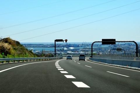 高速道路の合流地点で減速しないヤツはバカなのか?