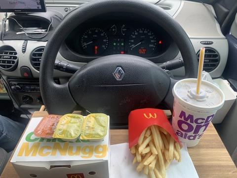 友「腹減ったしマックのドライブスルーで飯買って食いながら行こうぜ」ぼく「車の中で飯とか食うのやだ?」