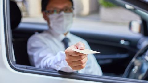 車の中で1人なのにマスクしてる