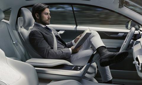 マンガを読みながら車を運転