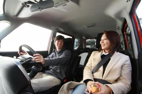 女性とドライブ