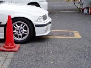 駐車枠からはみ出してる車
