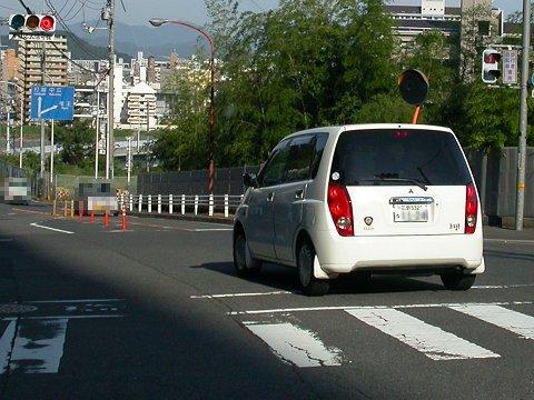赤信号から青信号に変わりそうなときにジリジリ進む車