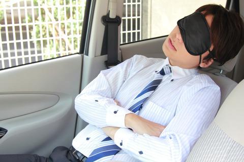 昼休みを車中で過ごす